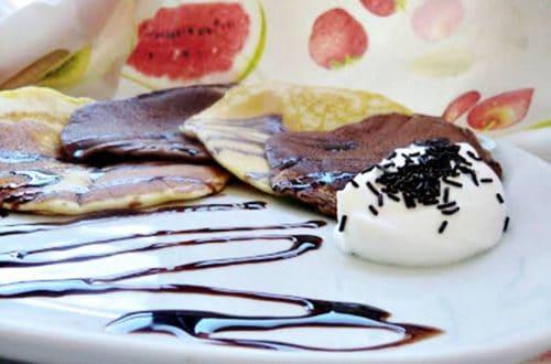 tortitas bicolor con chocolate y nata presentación