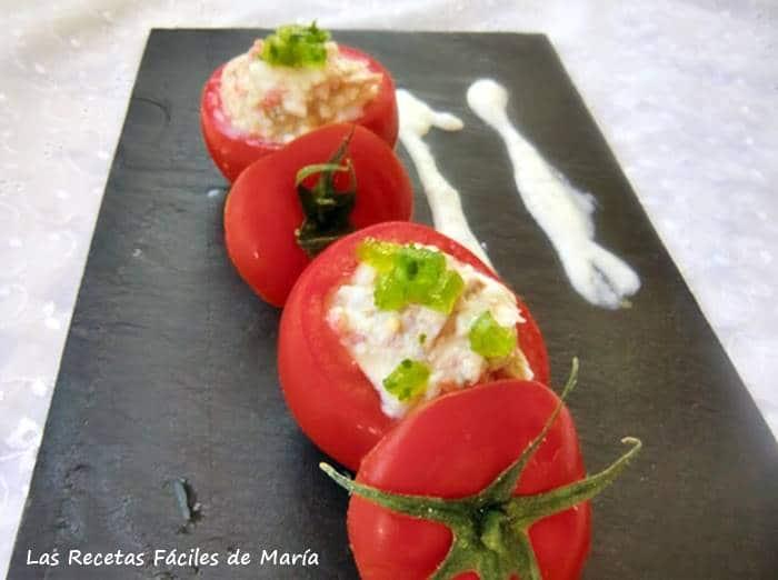 tomates rellenos con Salsa de Yogur y gelatina de ajo y perejil