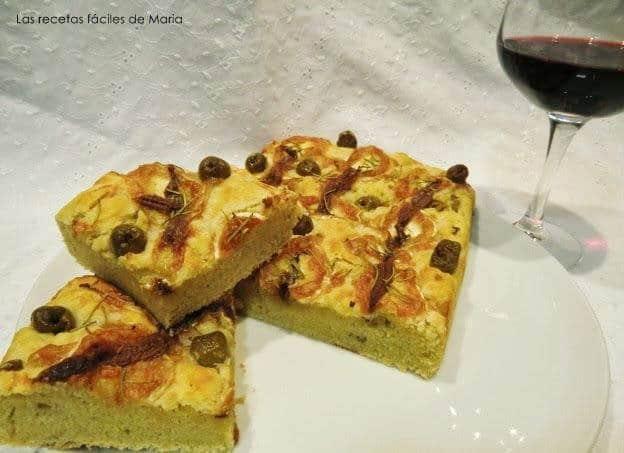 focaccia de anchoas, aceitunas y queso rulo presentación