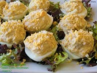Huevos rellenos de atún con mayonesa casera presentación