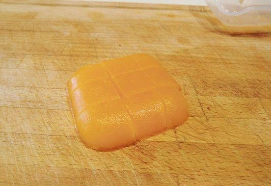 gelée en dados para crema de guisantes y gelée de mandarinas