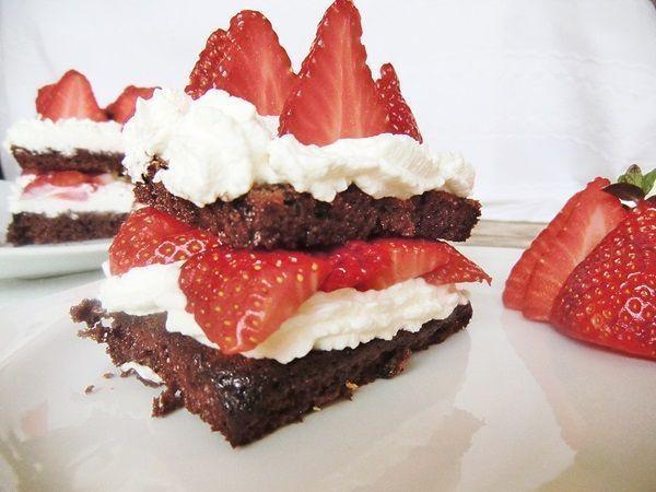 Queque de Chocolate con Chantilly y Fresas receta para niños