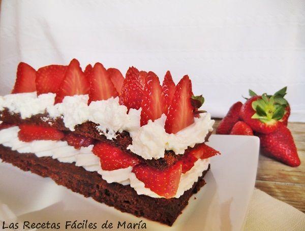 Queque de Chocolate con Chantilly y Fresas