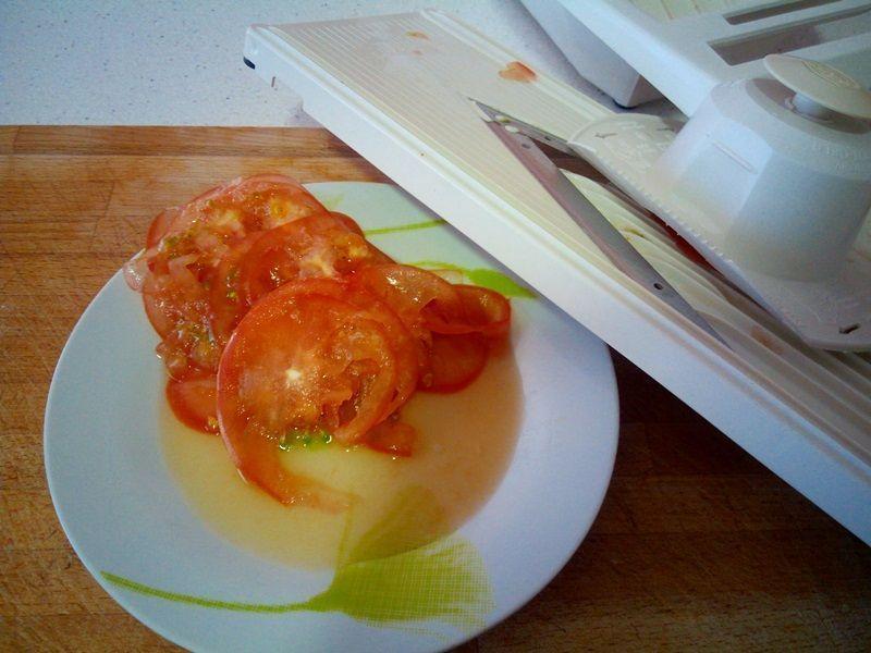 cómo cortar tomate con mandolina para wraps