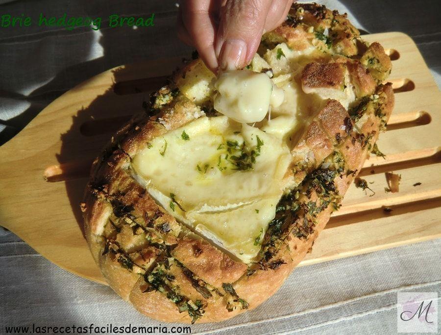 Brie Edgehog Bread o Pan erizo relleno de queso Brie para picar