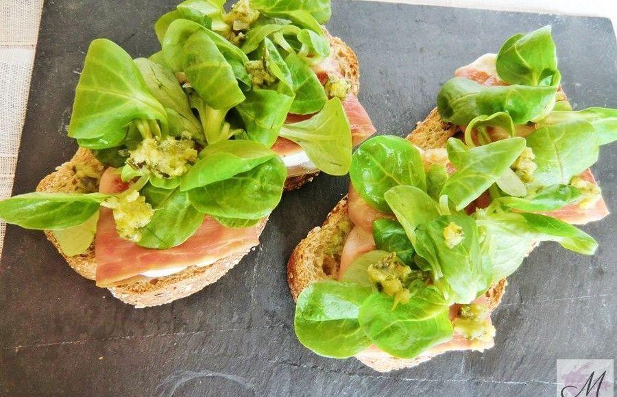 Tatine-de-jamón-queso-rulo-y-canónicos-con-pesto-verde-receta