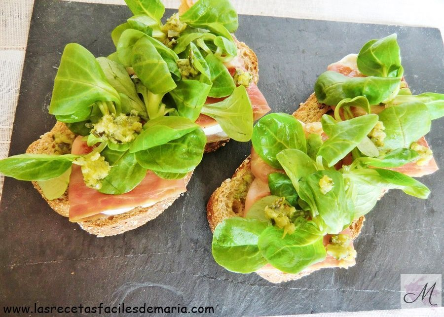 Tatine de jamón queso rulo y canónicos con pesto verde receta