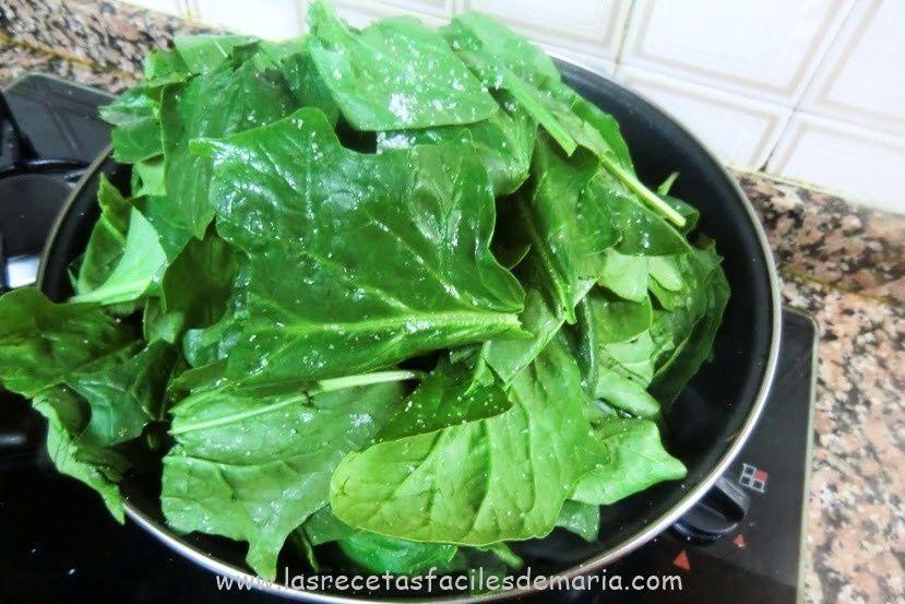 espinacas frescas para tortilla de patatas con espinacas frescas jugosa