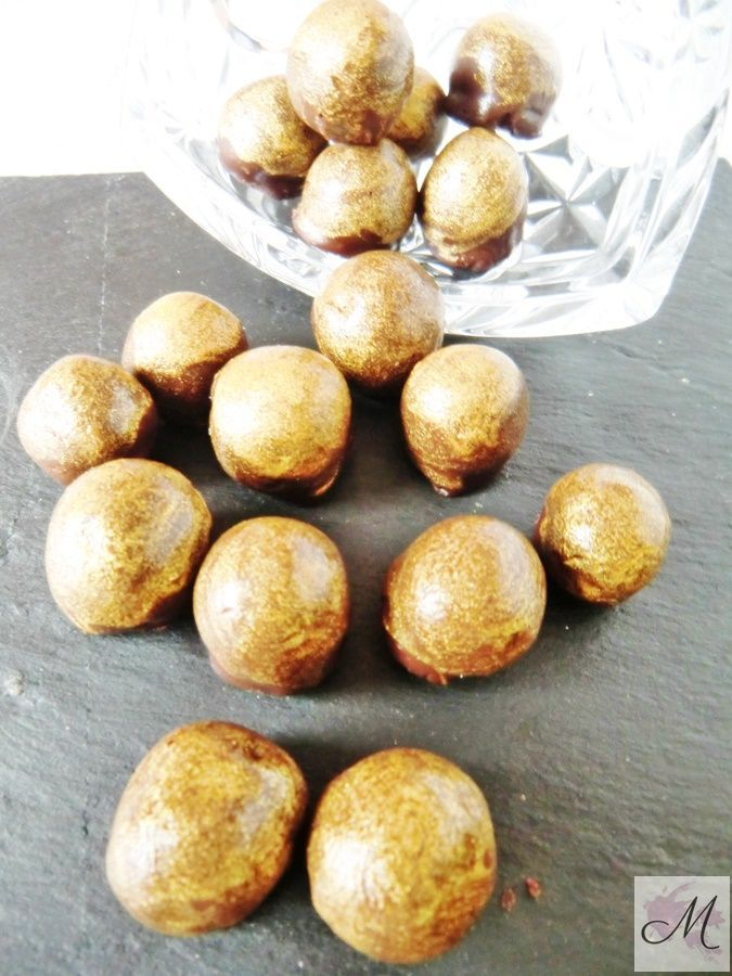 Bombones dorados de chocolate con avellanas receta de navidad