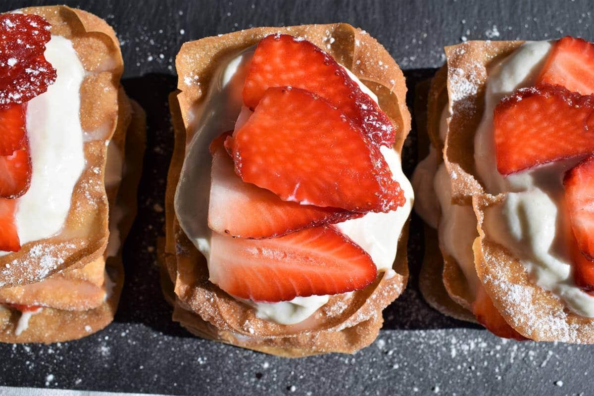 Pastel Won ton con Queso y Fresas Postre fácil para salir de la rutina!