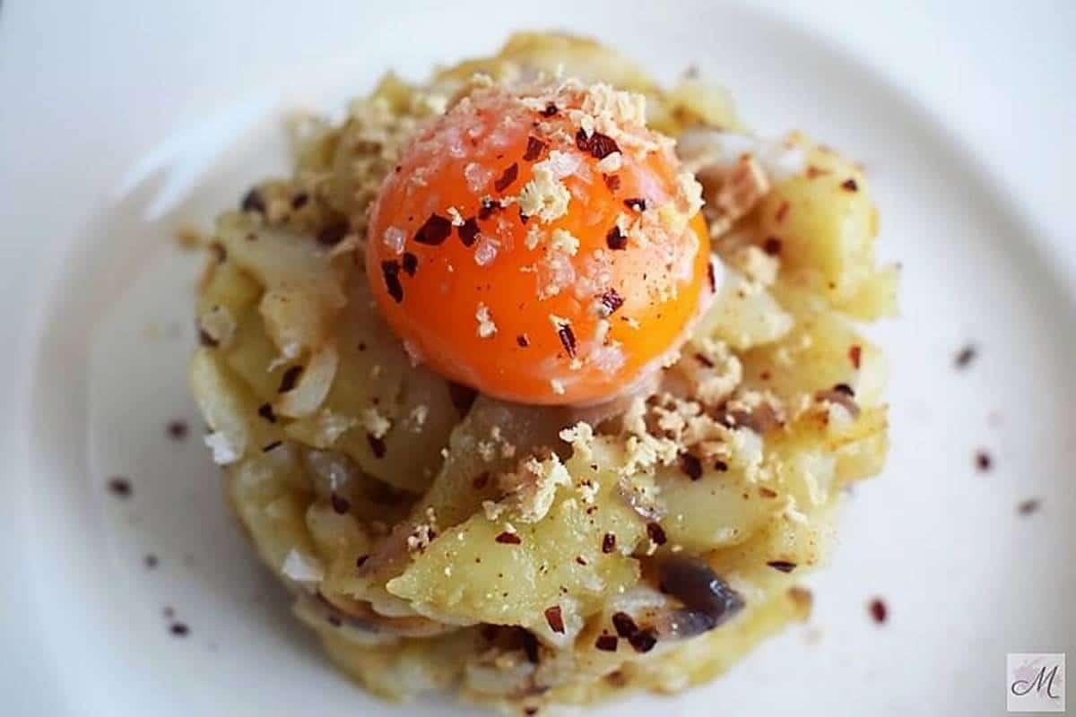 Yema de huevo a baja temperatura con patatas a lo pobre
