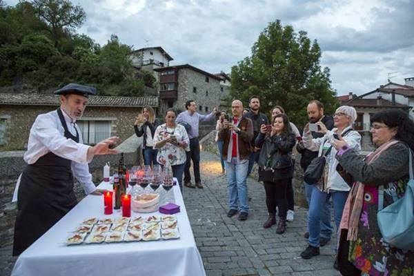 Pinchos y vino de la tierra en el puente medieval de Burgui Juan Carlos Chef Río Esca Navarra #BloggersQuesoRoncal