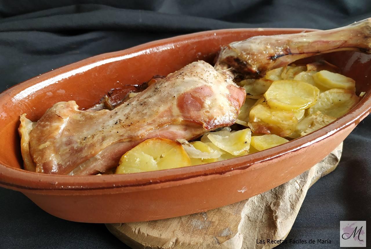 cordero asado con patatas y manzana