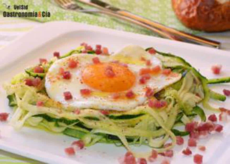 Espaguetis de calabacín con huevo y jamón