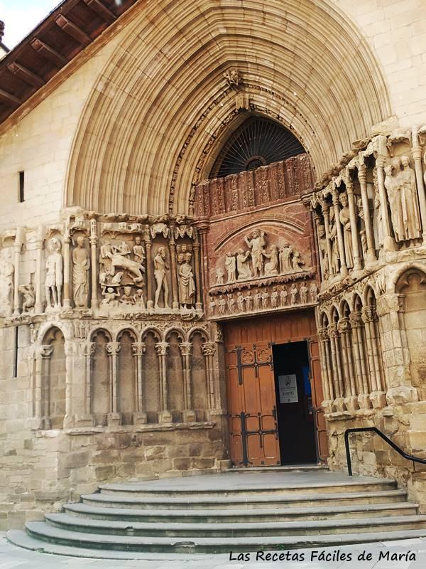 La vistosa portada gótica, del siglo XIV